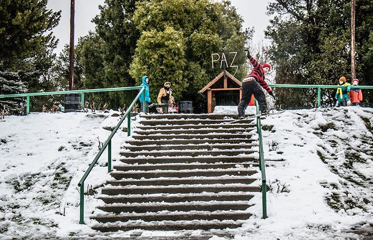 @farundio , first front boardslide ever done to this mythical down rail, far south in Patagonia !  Our boys down there don't waist time when there is snow on town to shred ! #laresistencia  @thrivesnowboards  #relentless 155 # Patagonia