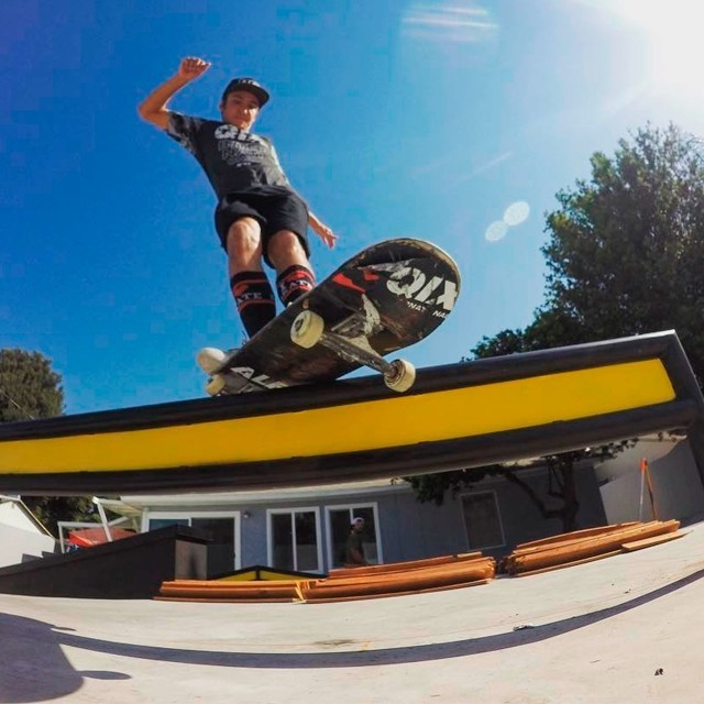 @luiznetosk8 - Fs Feeble grind no quintal da casa do @kelvinhoefler, Califórnia. #qix #qixskate #skateboardminhavida #skate