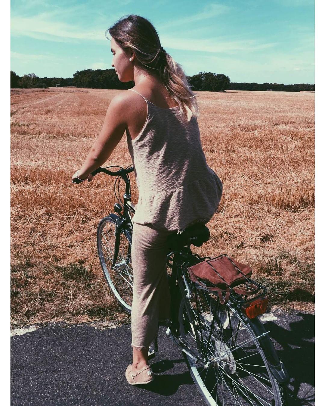 Dicen por ahí que la bicicleta es un vehículo muy curiosoy que el pasajero es su motor ✌ Biking @carlatorrentsmurcia #paez #paezshoes #paezcommunity paez.com / paez.