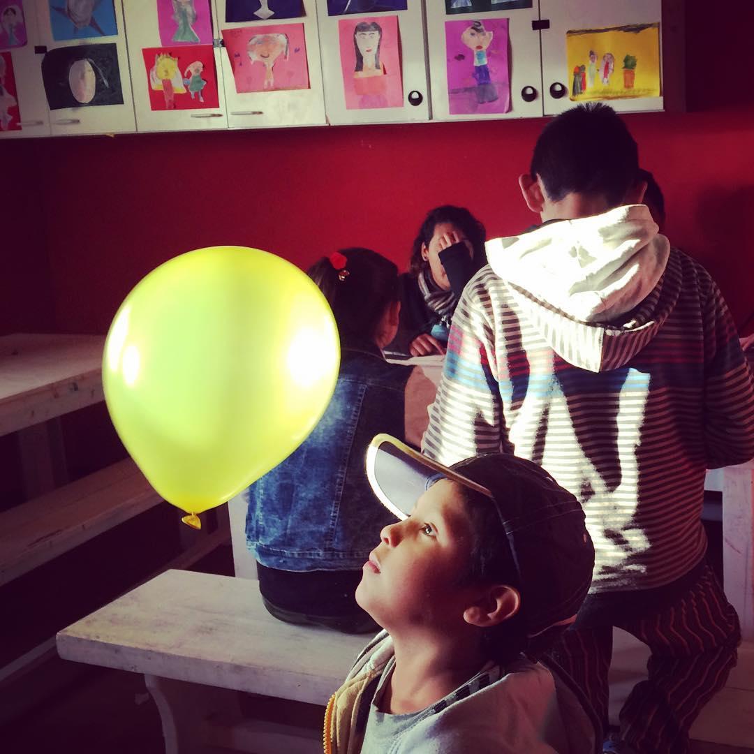 Feliz día niños! Los que siguen su esencia y no se cansan de jugar! . . . . #kids #game #balloon #lacava