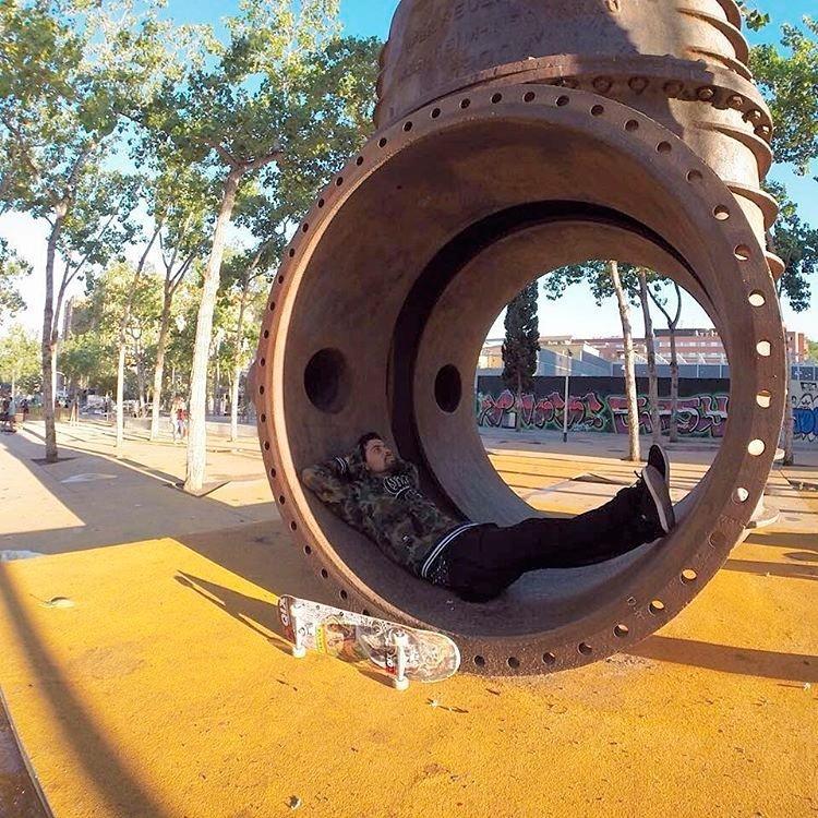 Pausa na sessão. @caiquesilvaskt pelas ruas de Barcelona, Espanha. #qix #qixskate #skateboardminhavida #skate