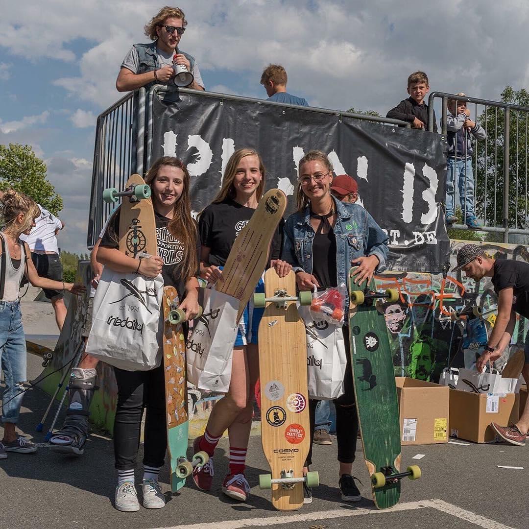 #Repost @spin_skate ・・・ Longpott contest, women's podium! Congrats to our S*pin girls!  1st Josefine Blume  2nd Isabell Blume  3rd Jenny @jen.step  #skatelikeagirl #longboardgirlscrew #longboard #womensupportingwomen #girlsinlongboarding...