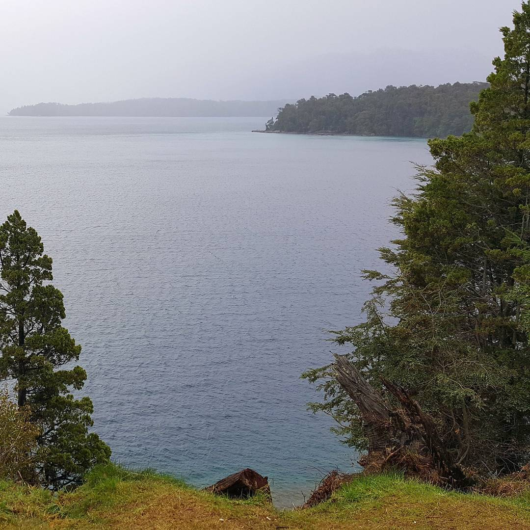 La naturaleza es hermosa hasta cuando esta nublado! Esta es la vista del Lago Nahuel Huapi desde un mirador en Villa La Angostura. #all_my_own #argentina #ig_argentina #creacion #paisaje #lagonahuelhuapi #villalaangostura #neuquen #nublado...