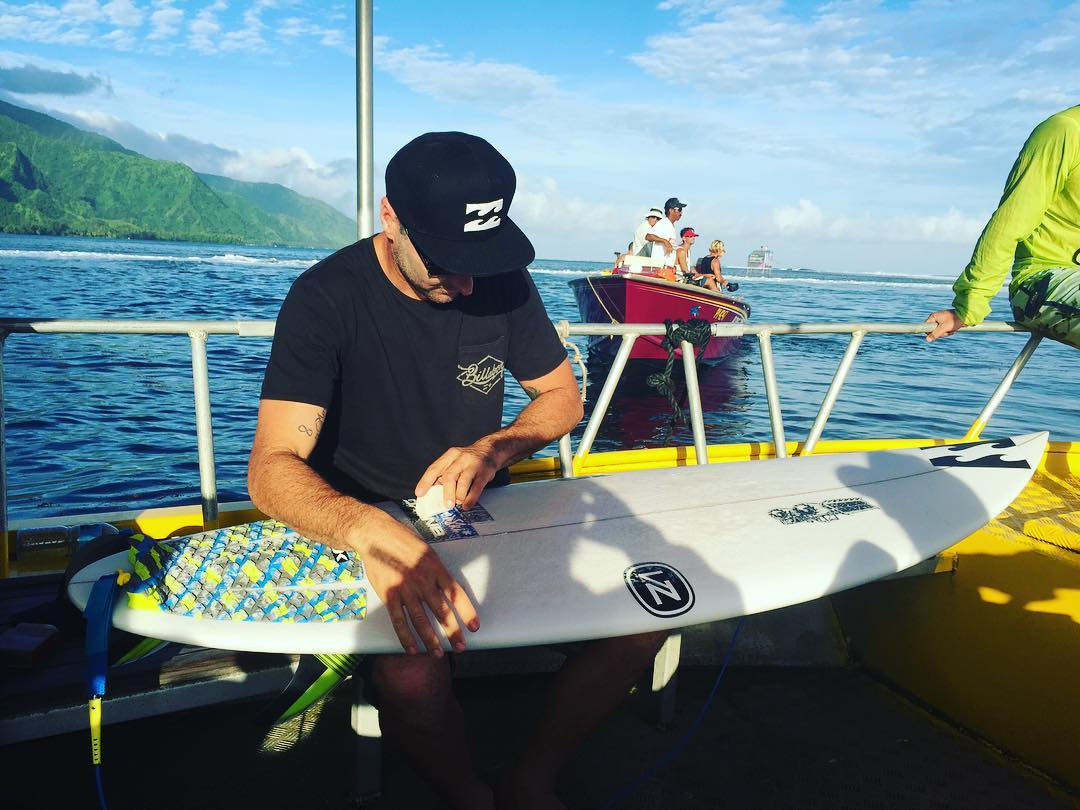 @joelparko waxing up his three fin for his RD 4 heat in just a few minutes. Find out whether he opts for the quad or tri setup in our story. #BillabongProTahiti