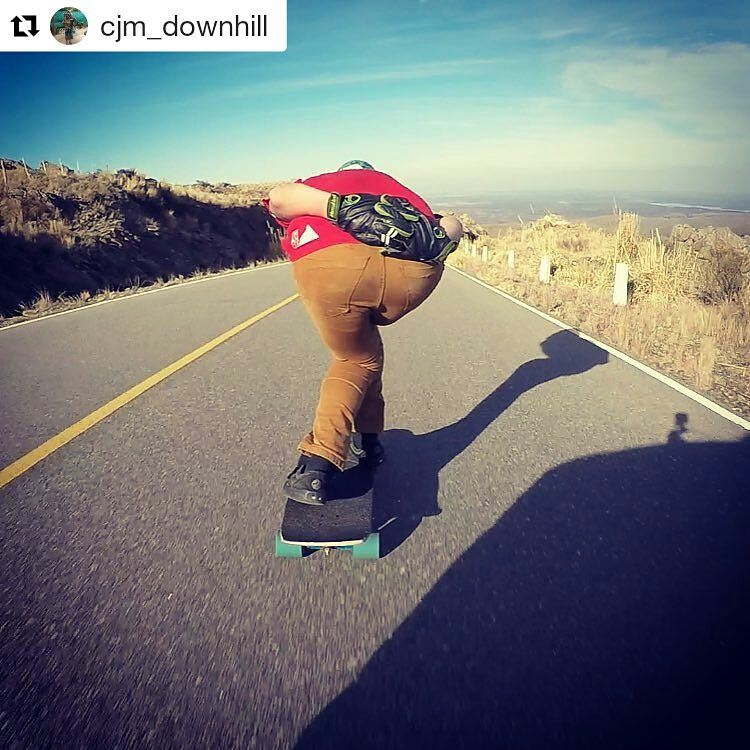#Repost @cjm_downhill ・・・ Chasing the Apex.. #longboard #downhill #skate #top #speed #nolimits #apex #line #mountain #road #andarxandar