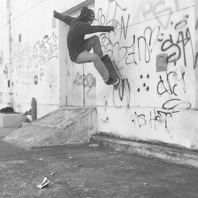 @agustinszyszko salió a las calles de frontside wallride #SkateBoarding #SpiralSkatebiarding #Street#sesion