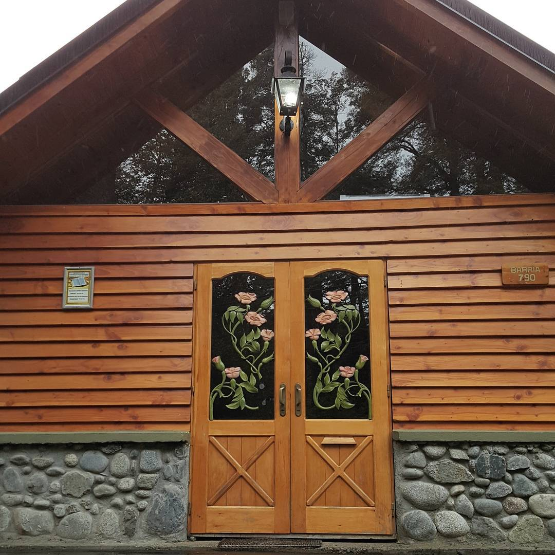 Esta es la puerta principal del Salon del Reino de la Congregacion de Villa La Angostura. Tipica construccion del sur argentino utilizando piedras, madera y un techo a dos aguas.  #all_my_own #surargentino #jw #jwargentina #villalaangostura #salon...