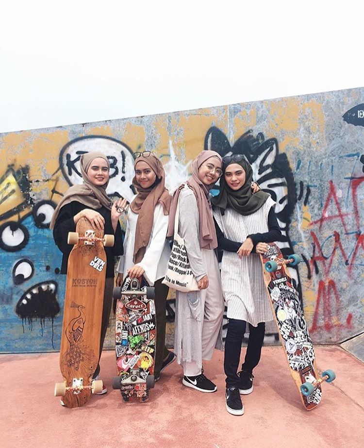 Part of @lgcmalaysia gathered for some weekend shred. Yeah ladies! Repost @fatinayub  #longboardgirlscrew #womensupportingwomen #skatelikeagirl #lgcmalaysia #longboard #girlgang