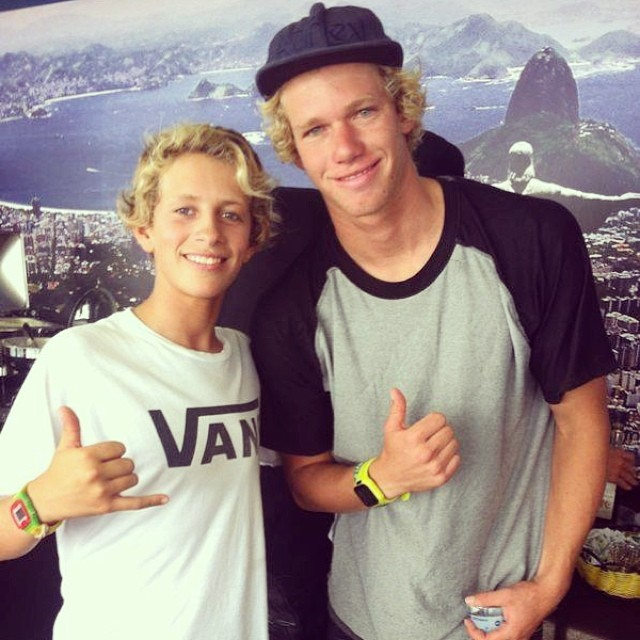 Nacho Gundesen y @john_john_florence en Río de Janeiro #surfvans #surf
