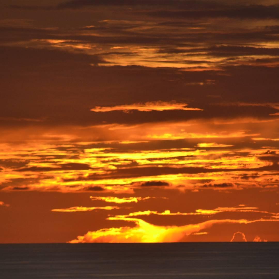 Fuego en el cielo!  Uno de los tantos atardeceres que se aprecian desde el mirador de la bella playa de Tamarindo. #all_my_own #allsunsets #sunset #descubrecostarica #ig_sunsetshots #costarica #tamarindo #fuego #atardecer #creacion #arte_of_nature...