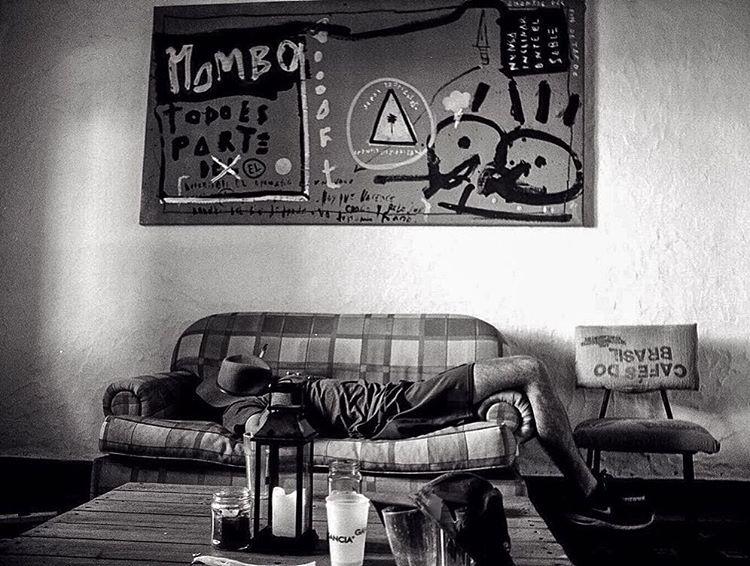 Pocas cosas como una siesta en un buen sillón.  Ph @lordfnoogaric  Cuadro @romero_malevini  #chilling