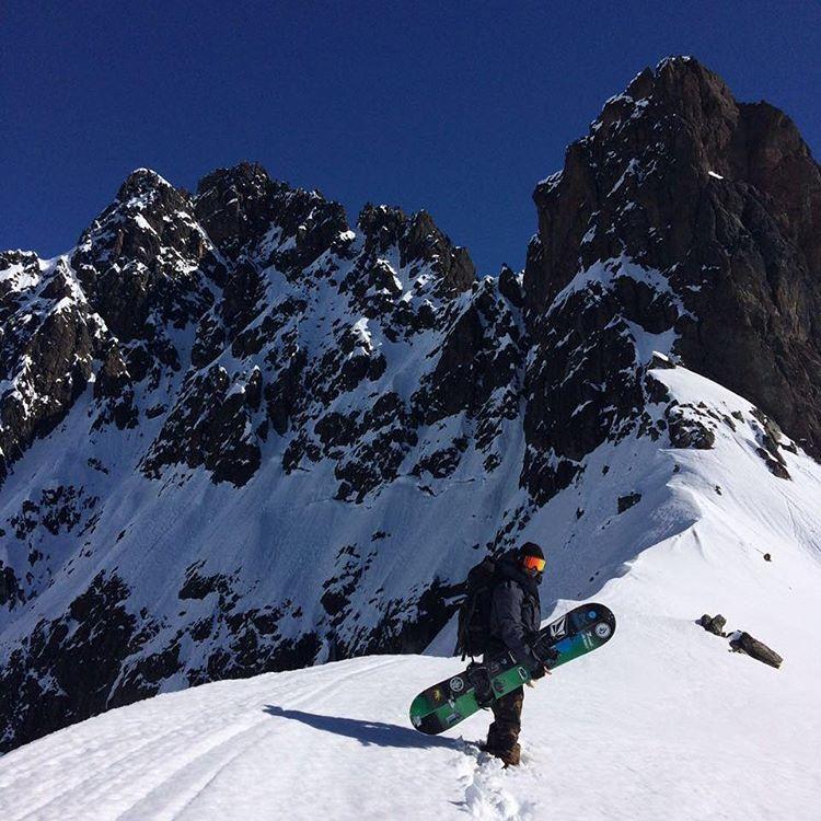 El día no podía ser mejor y el cielo mucho más aún @tomimateri  disfrutando de la nieve patagónica desde el Cerro Lopez PH: Manu Dominguez