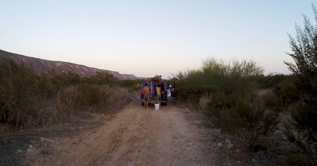 Foto tomada instantes después de haber liberado a la Viole del pozo de polvo en el que estaba atrapada.  Ya se nos había hecho tarde para llegar a cualquier lado así que pasamos la noche ahí, en el desierto.  Teníamos agua, comida y dónde dormir; más...