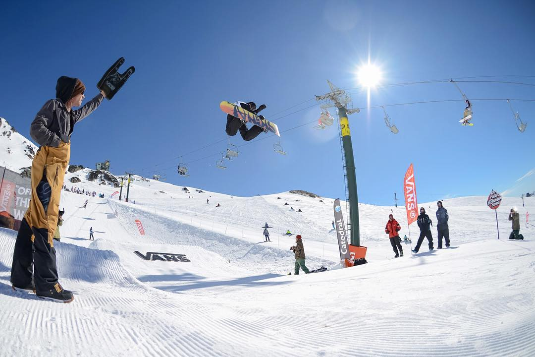 Switch method de @the_popular_loner ayer. Tremendo día de snowboard; próximamente el contenido completo. #VansHiStandardSeries