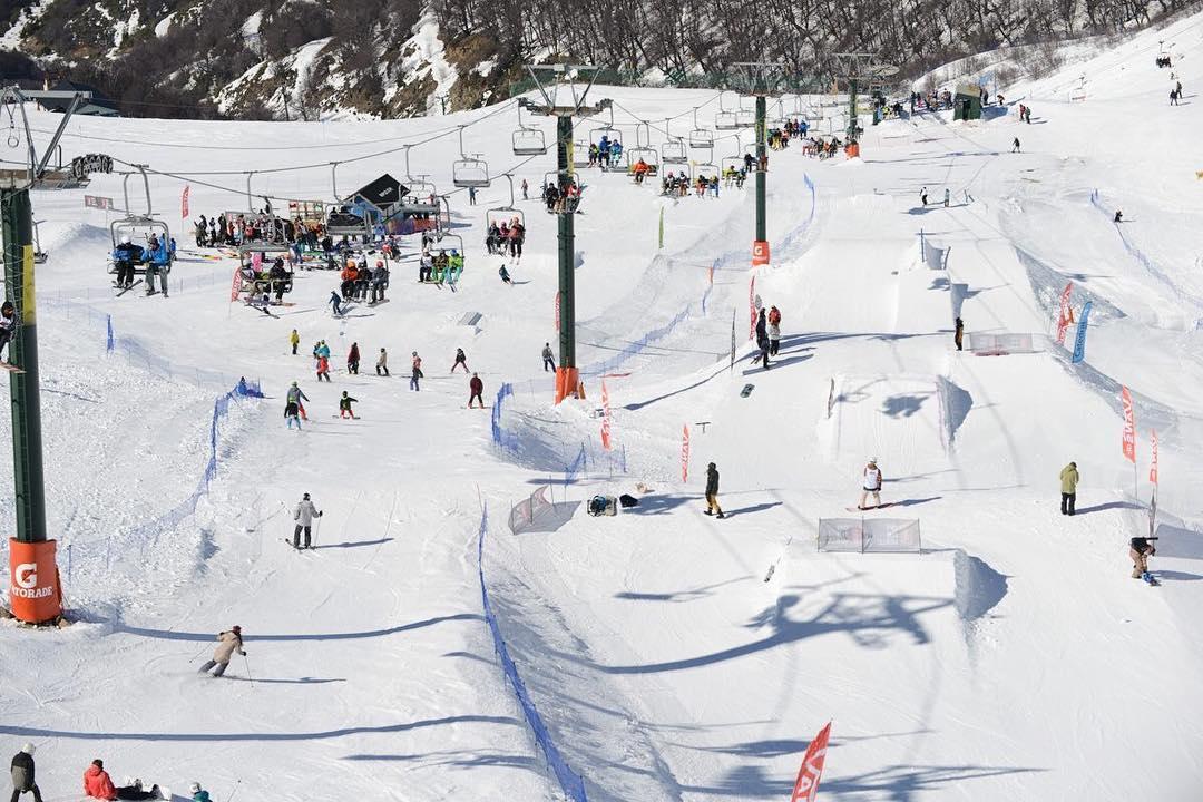 El set-up del sábado en el Snowpark. Todavía no podemos bajar. Gracias a @guaranaargentina, @cerrocatedralok y sobre todo a los snowboarders por este día inolvidable. ph. @julianlausi