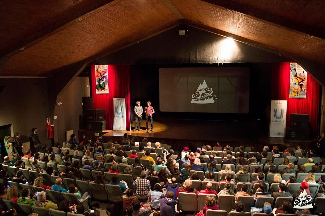 Cerramos el festival FICMUS - Festival Internacional de Cine de Montaña Ushuaia Shh a sala llena nuevamente - Gracias Ushuaia por el apoyo! #conservemos #peninsulamitre  Estamos muy felices por los dos premios recibidos: Mejor Largometraje de Aventura...