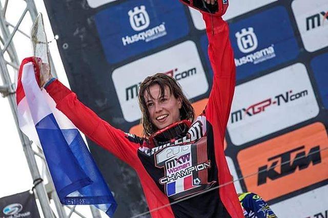 Nuestras Felicitaciones a @livialancelot114 quien aseguró su título en el Campeonato Mundial de Motocross Femenino 2016, el último fin de semana en el MXGP de Assen. @foxracing @foxheadinc #LiveForIt #FoxHeadArgentina