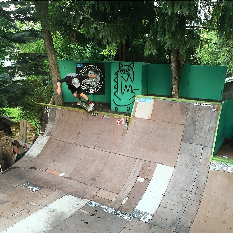 How sick would it be to have this ramp in your backyard?! @mitch_stfg with a fiery Losi stall!!