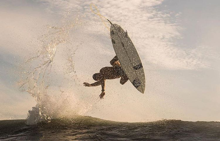 Ese deporte que nos hace volar ☀ @martinpasseri #justpassingthrough ph. @agustinmunoz #surfing