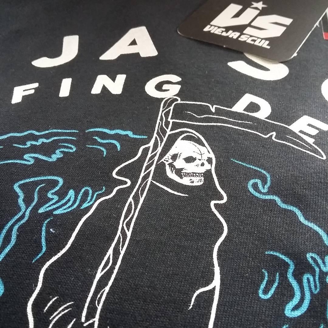 Surfing Death. Nueva temporada de #ViejaScul primavera/verano 2017.  Consultá para sumar VS a tu local! #illustration #new #tees #summer #verano #tshirt #Shirt #dibujo #ilustración #diseño #oldschool #oldschooltattoo #skull #parca #surf #playa #beach...