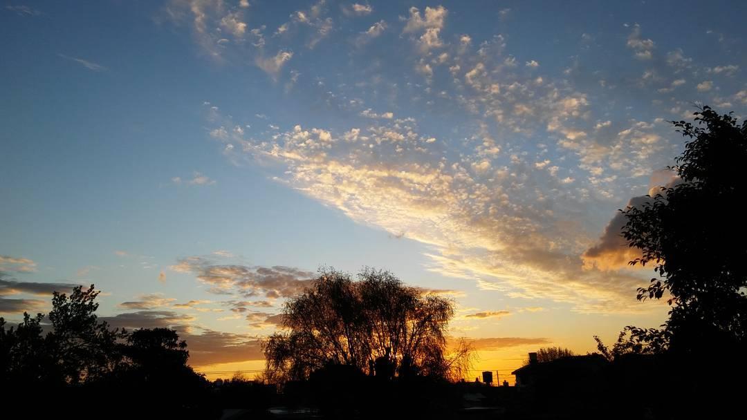 A veces siento que miro mas para arriba de lo que debería. #ph #atardecer #tramonto #sunset #cielo #sky #mevuelvoloca #ig_sky #ig_sunsetshots