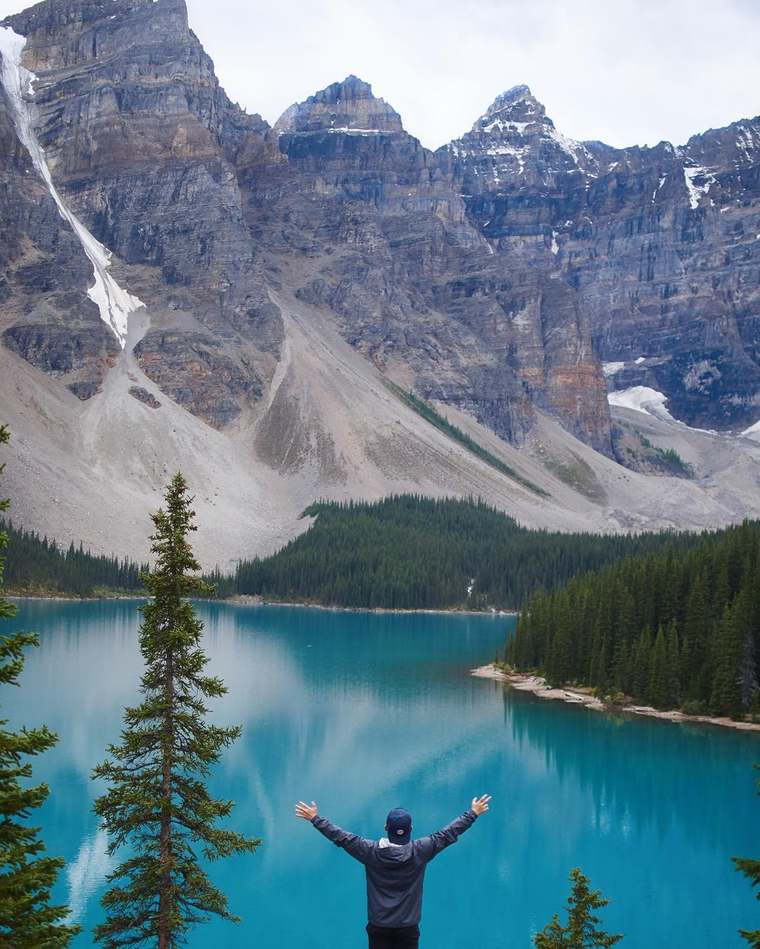Is it even possible to take a bad picture at Moraine Lake? We don't think so. Hoping your weekend looks something like this.  Photo by @janjohannus