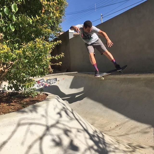 Rolê em casa, manobras em dia. Marcos ET se divertindo na sessão! #qix #qixskate #skateboardminhavida #skate
