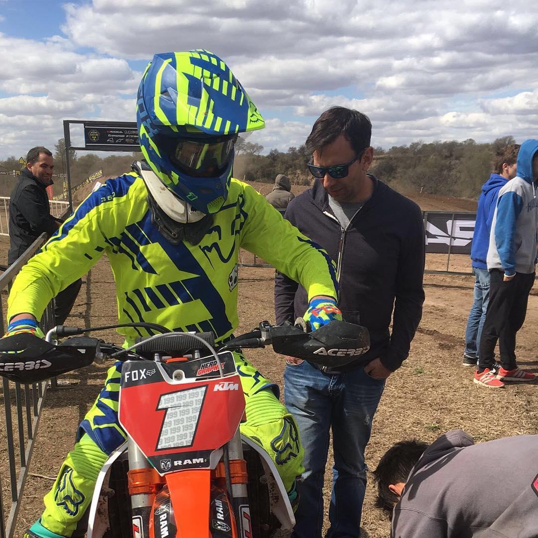 1-1 para @joaquinpoli199 en la fecha del Campeonato Nacional de Motocross en Río Tercero. @agustinpoli198 volvió a correr y @ginogiordano45 ganó en la CAT. 85cc.  Un buen fin de semana para @foxheadargentina  #mx #foxheadargentina #liveforit #motocross...