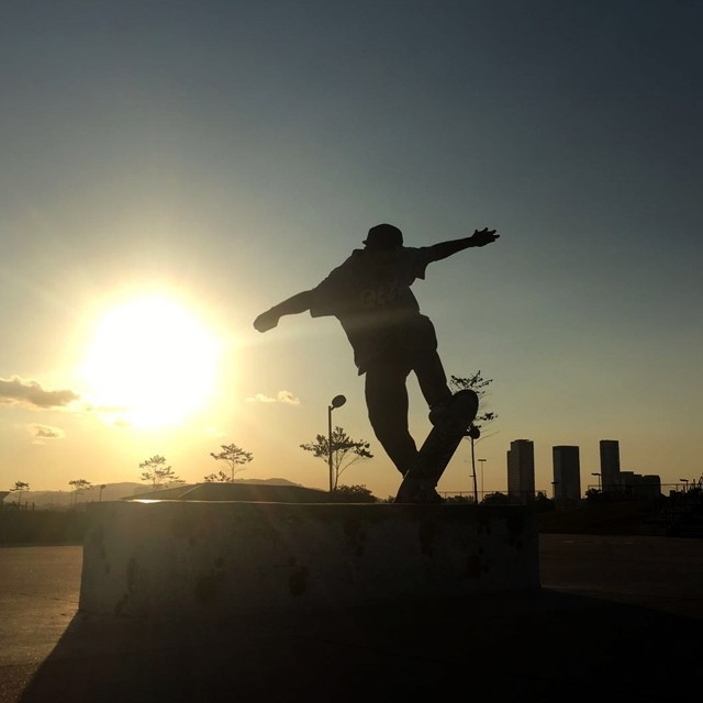 "Rodrigo Leal ""Maizena"" - Switch fs bluntslide durante pôr do sol na zona Oeste de São Paulo. #qix #qixskate #skateboardminhavida #skate"