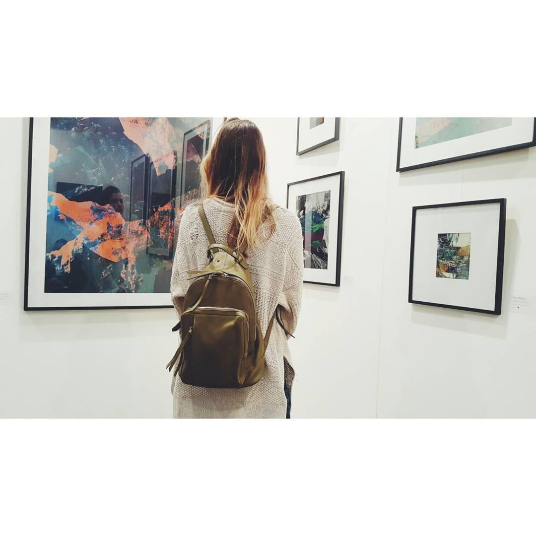 De fondo el arte de @maiachozas en @bada_oficial / Nuestra mochila Nuez verde Encontrala con descuentos esta semana en www.mambomambo.com.ar o en @junta_monton . . . #larural #bada #art #collage #backpack #mochila #urbana #urbanoutdoor #explore...