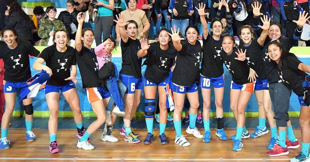 ¡Felicitaciones a las chicas del Club Cumehue de Trelew, Chubut que salieron a la cancha a crear su propia historia con unas #OliverSocks BlueSky en sus pies y obtuvieron el título de Pentacampeonas del Provincial de Handball!  Como @florcigu,...
