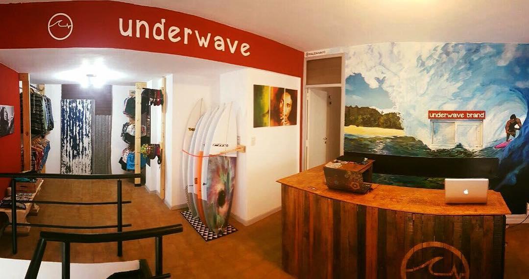 - Les presentamos el nuevo #Showroom de @underwavebrand. Terminado con nuestros amigos de @recicla_2, que trabajan con chapas y maderas recicladas a la perfección. También gracias a @malenavayo por ayudarnos con un increible mural! - En el centro de...