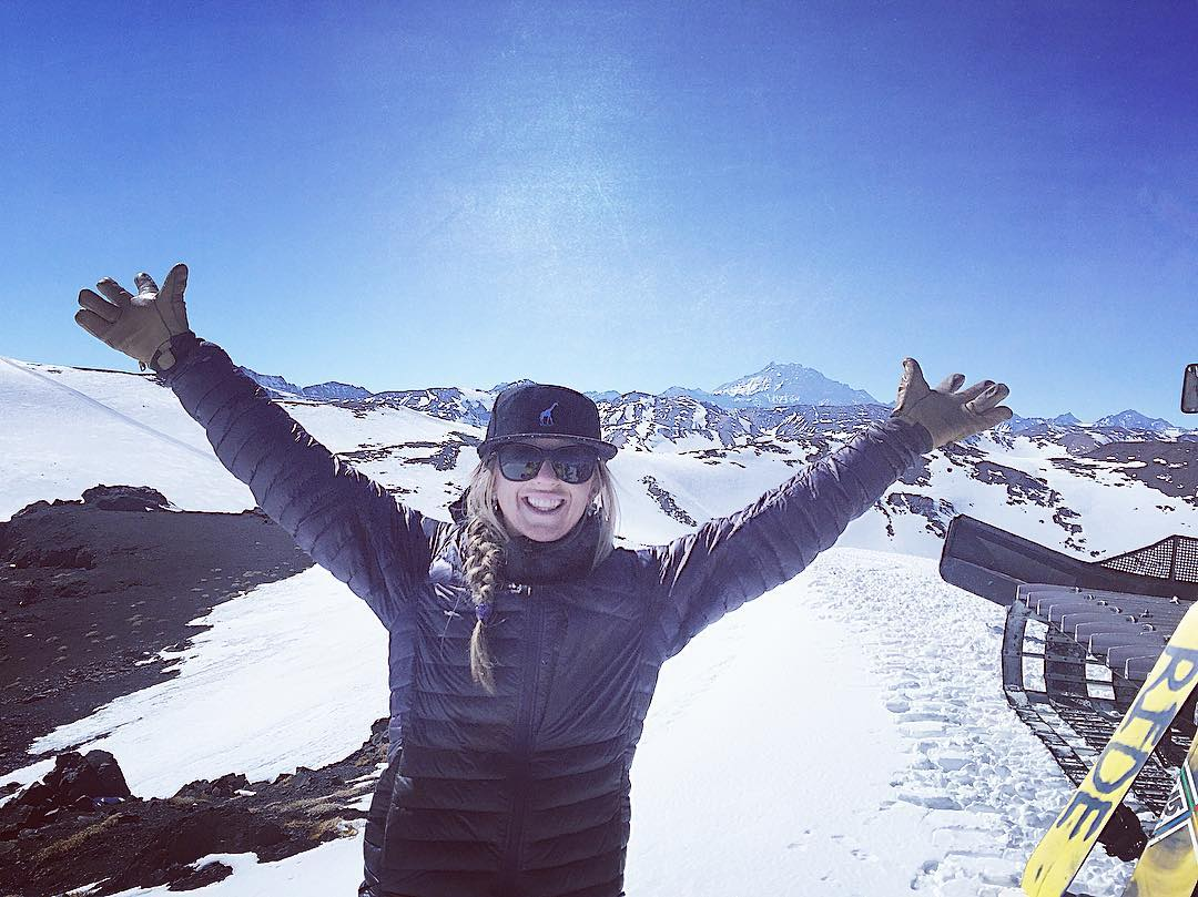 Huge shout out to @mz.laine for being the first female ski guide at @skiarpa, Chile's only cat skiing operation. Way to go Erin! #betterthanbien #Iamsj #SheJumpers #chile