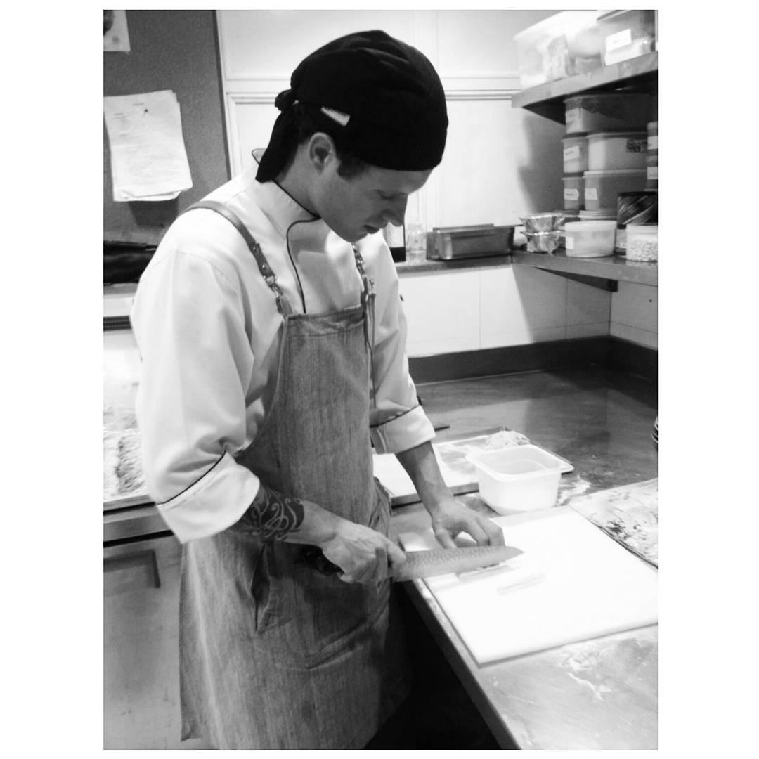 Directo de la cocina del Faena, @joaquinaramburucocina con nuestro delantal en acción.