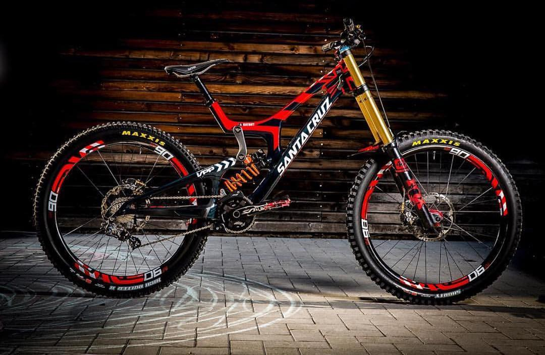 So jealous of @ratboy_bryce's crazy nice custom @santacruzbicycles V10cc that's been built ready for the World Champs this weekend in Val Di Sole, Italy.  One question though, who forgot the red @tisprings?