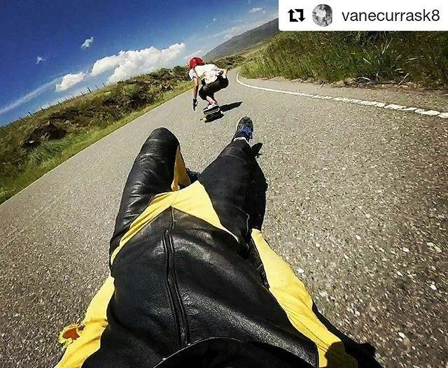 repost @lauta.dh Una del verano downhilleando con vane⚡ @helmet_fw @recycledsunglasses  @canvasvulcanizado  @diegostour #Repost @vanecurrask8 with @repostapp ・・・ ⚡❤ olas de asfalto