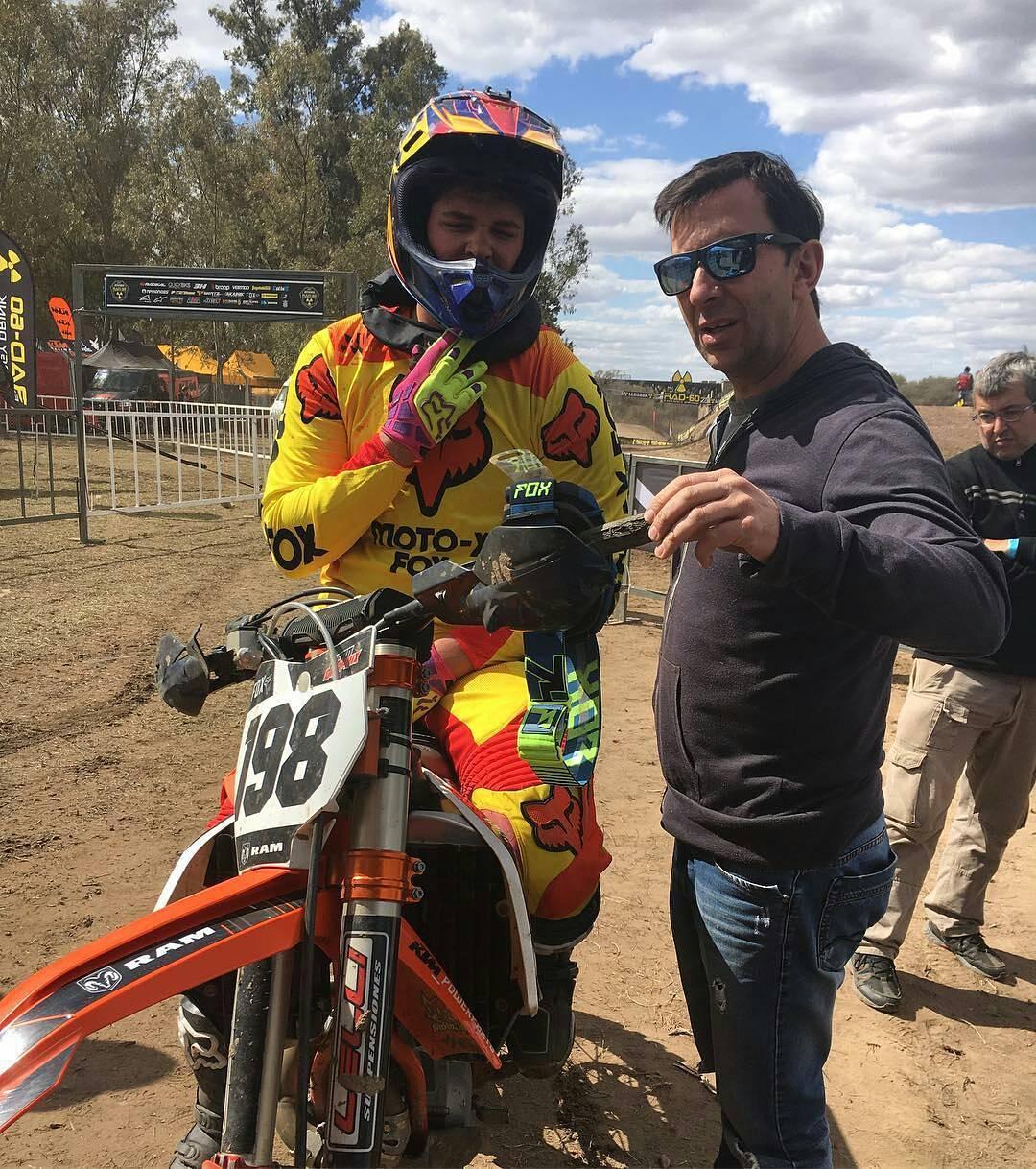 @agustinpoli198 is back. Luego de su quebradura en el brazo, el piloto del Fox KTM Motocross Team vuelve a la acción, pero en MX1. En la foto junto a @chanta10. #foxheadargentina