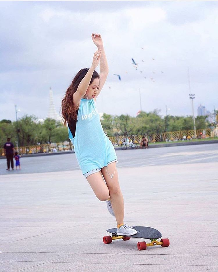 @longboardgirlscrewthailand rider @maii_mororo doing it with style. Are you ready for the weekend? Where are you skating at?! Have fun & skate safe everyone!