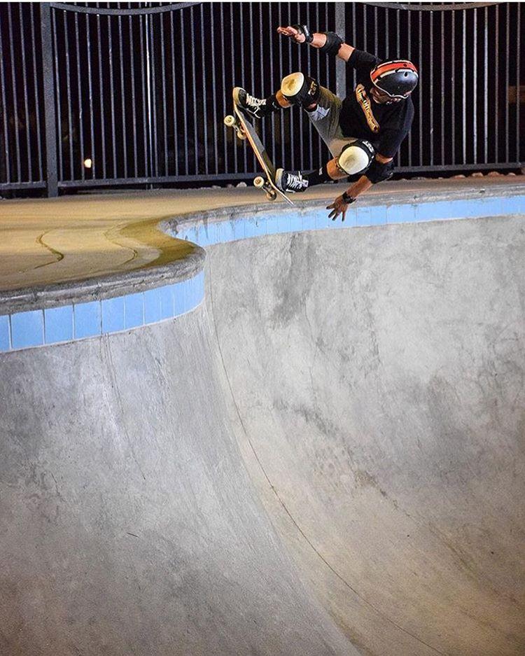 @eddieelguera floating a nice fakie Ollie last night @palmsprings_skatepark