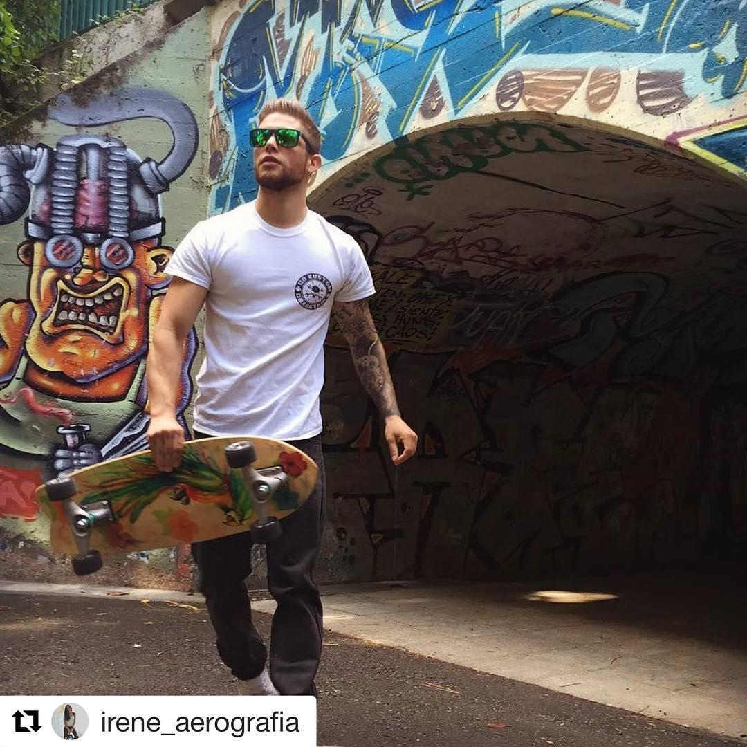 #Repost @irene_aerografia with @repostapp ・・・ Luciendo tabla #skate #skateboarding #carver #carverskate #carverspain #custompaint #airbrushart #aerografia #aerografo #airbrush #graffiti