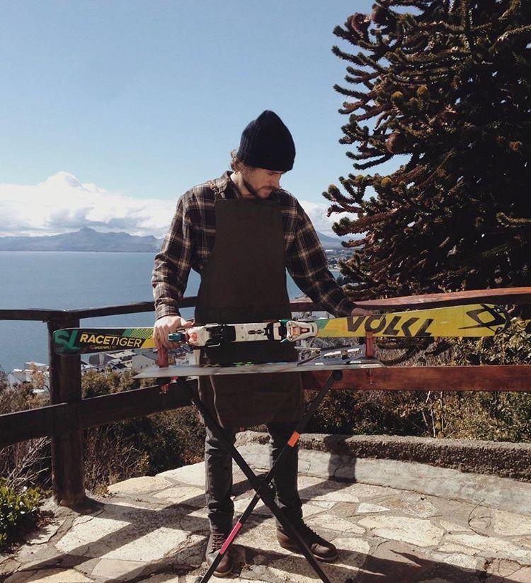 Este delantal llegó al sur para ensuciarse de la mano de @ramabrizzi / Bariloche, Patagonia. . . . #ski #taller #handcrafted #patagonia #aprons #mountain #montaña #esquí #snow #nieve #primavera