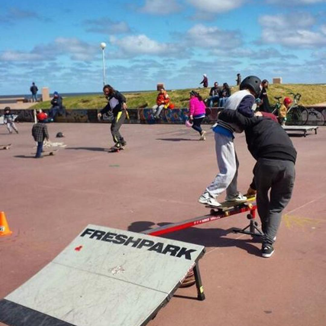 #Repost @emilianoalvez Primeras experiencias sobre una baranda, sentir y controlar los trucks sobre el rail :) Foto con Juancito haciendo sus primeros #50/50 !  #EscuelaDeSkate con el #freshpark #skateboarding