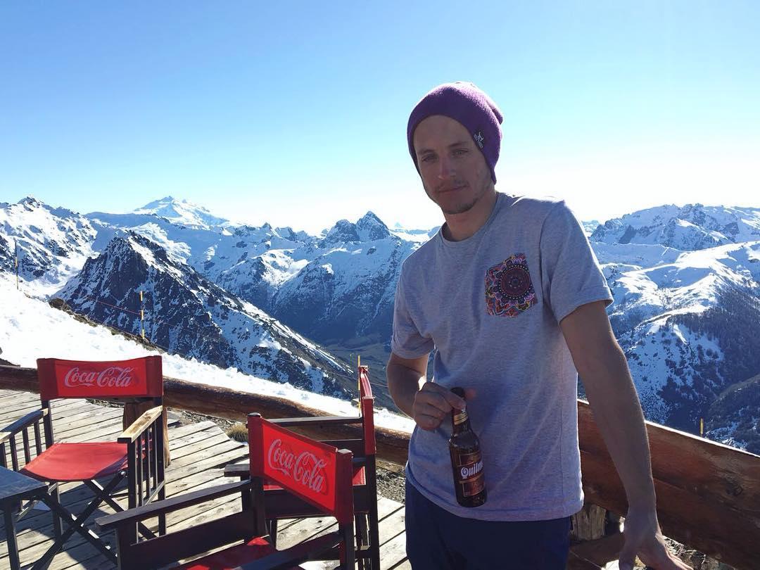 >>RIDERS DE VIAJE<< @josedeelias es un fiel rider de viaje. Lleva su ropa BR a donde viaja. El tercer destino de este año tenía que ser local.. . . . . #Bariloche #ski #rider #montaña #landscape