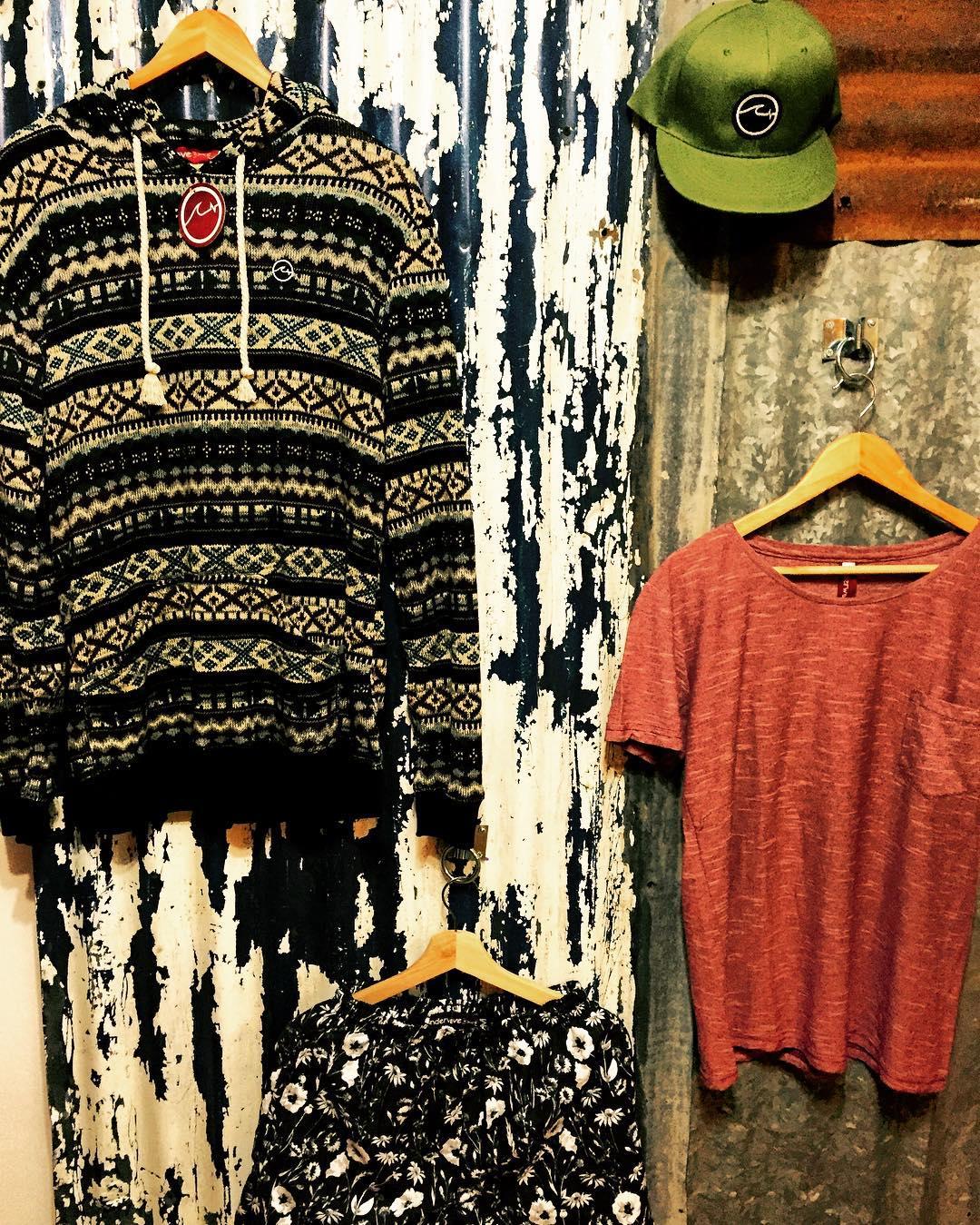 - Les presentamos el nuevo #Showroom de @underwavebrand! - En el centro de San Isidro (dirección por inbox. - Lun a Vie de 14:00 a 18:00. - Buzos, Pants, TdB, Gorras, Gorros, Tablas, Pitas, Quillas y más! - Próximamente Remerás y la colección de trajes...