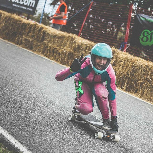 This lady reached 121,82 Km/h this weekend on her skateboard during the Top Speed Challenge in Canada.  Ma copine, you make us proud!