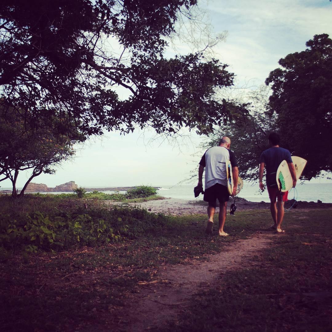 Algunos dias atras, aunque bastante lejos de aqui, haciamos nuestra caminata diaria hacia el mar. #maetuanis #surf #surfing #surftrip #popoyo #nicaragua #puravida