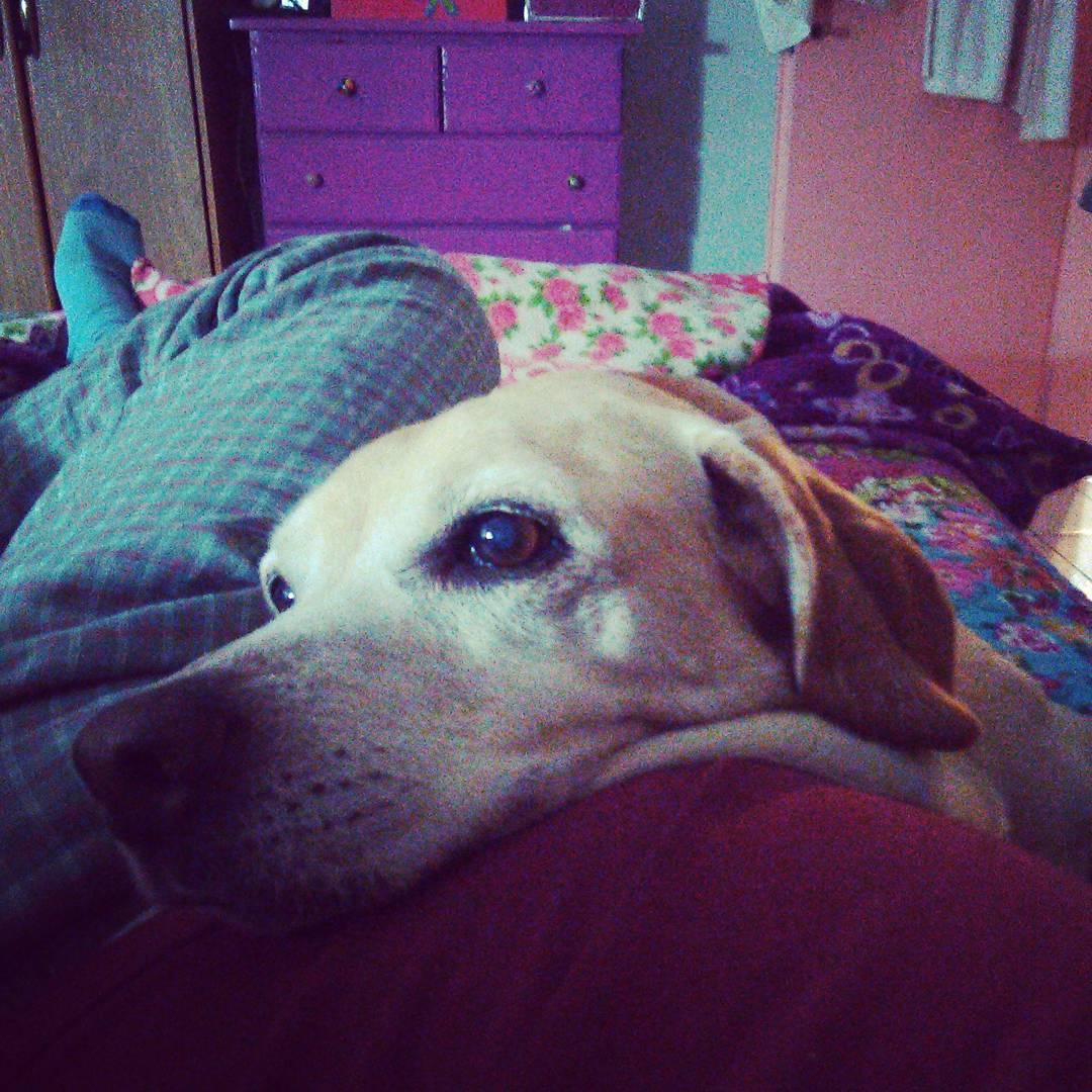 Betty reposando sobre su padre tirado en la cama.