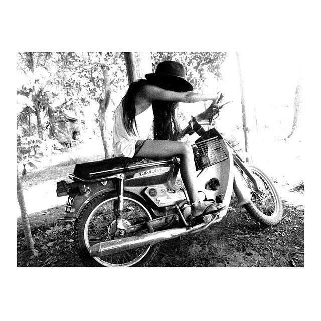 Motorbike Monday - sideways style w/ @hernameismoe and her black double six sandals #motorbikemonday #balifornia #double6sandal