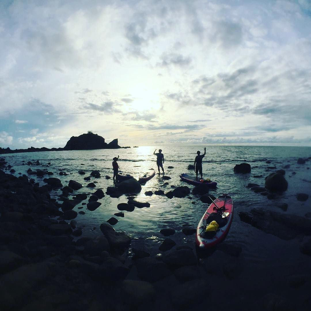 @shigerumura touring the coast of #japan. ・・・ #isup #camping #adventuredesigned #aandfcountry_azumino #waterways #relax #standup #paddleboarding