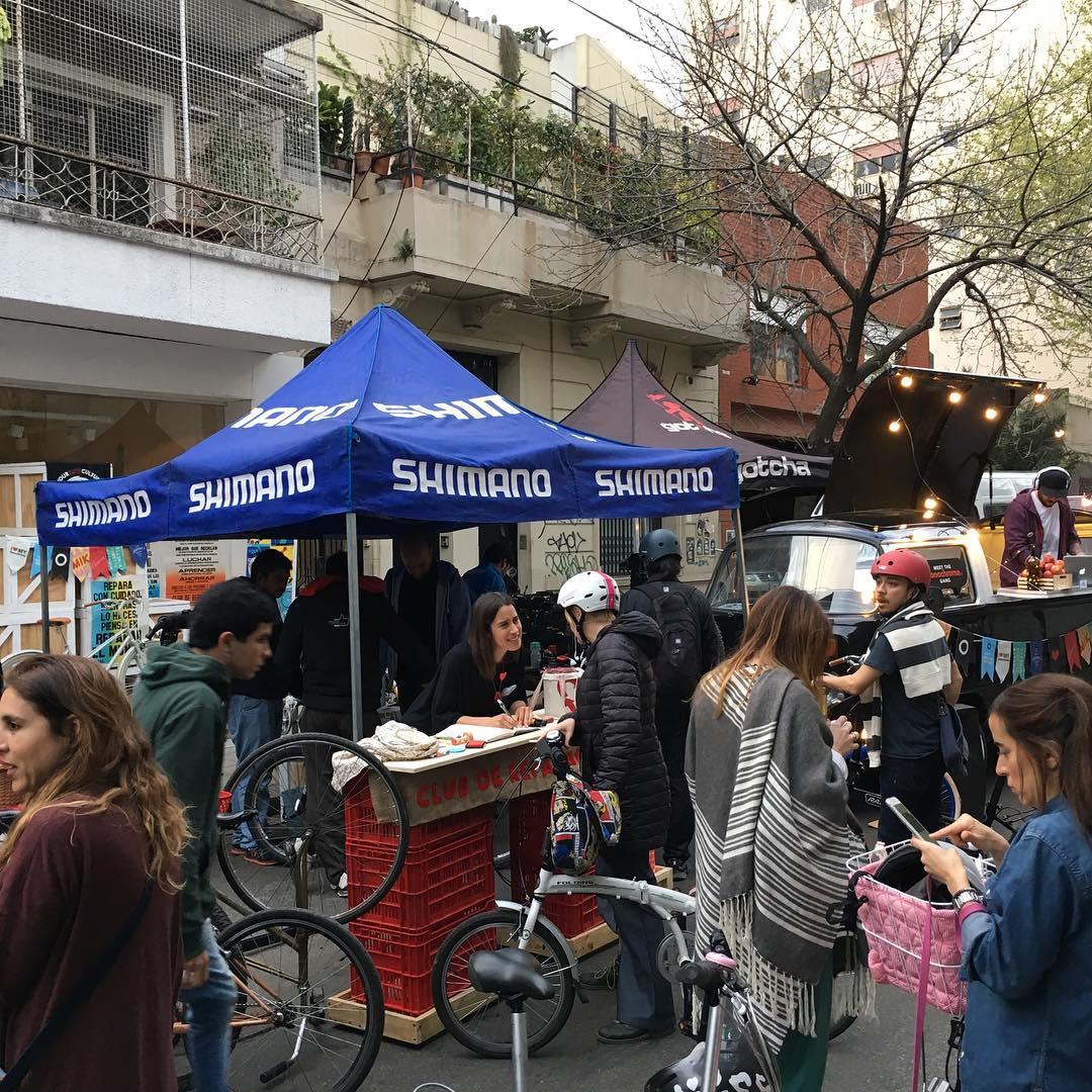 Veni a reparar tu bici al stand de shimano #ilovemymonochrome #monochtomebikes
